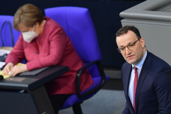 Jens Spahn, ministre allemand de la Santé (à droite) et la chancelière Angela Merkel (à gauche).