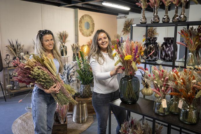 Annemarie Oude Kotte (rechts) opent deze zaterdag de deuren van La Florista. Links personeelslid Elke Hoek.
