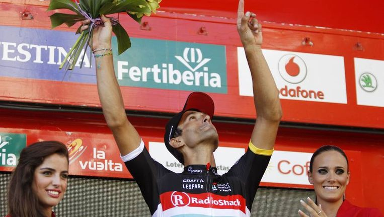 Daniele Bennati eert Wouter Weylandt na zijn overwinning in de achttiende etappe van de Vuelta. Beeld reuters