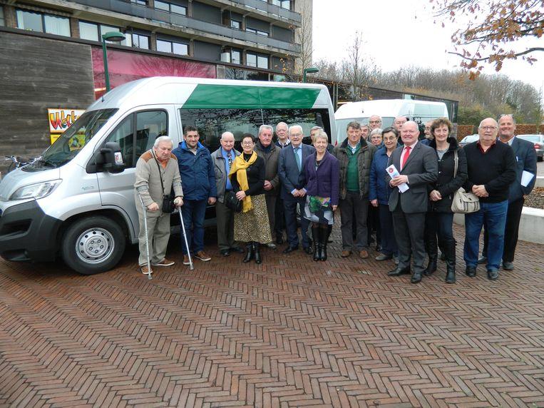 De vrijwilligers van Vervoer op Maat bij de twee nieuwe busjes.