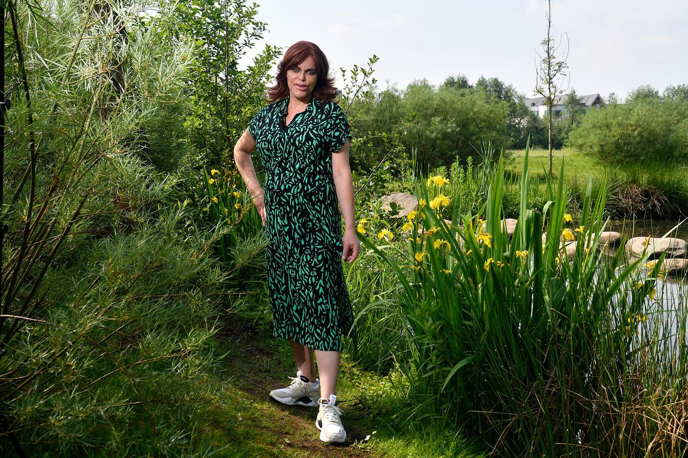 Jana van Beek in het groene hart van Vathorst, haar woonwijk. ,,Ik moet accepteren dat sommige schade aan mijn lichaam blijvend is.''