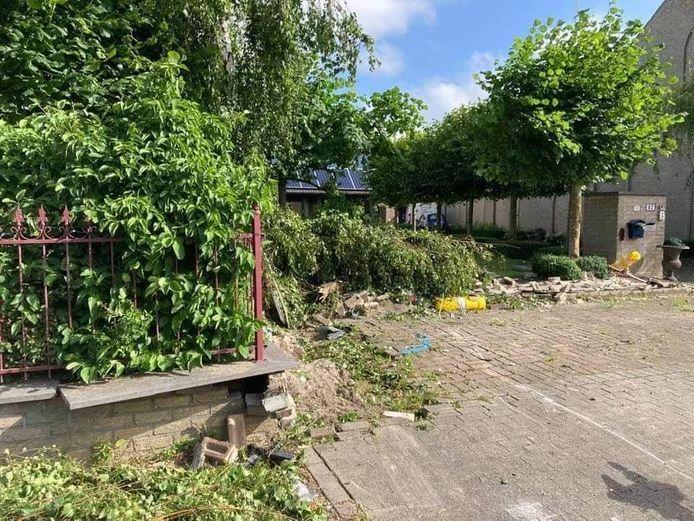 De schade aan de voortuin van de woning in de Brugsesteenweg is groot.