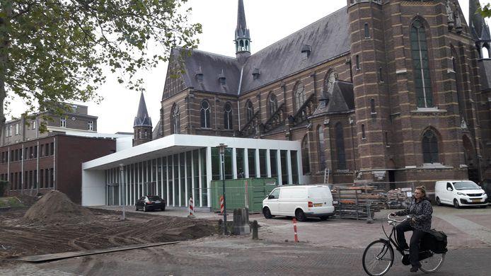 Het complex Mariënhage aan de Kanaalstraat in Eindhoven wordt omgebouwd tot DomusDELA; hier een van de nieuwe ingangen naast de Paterskerk.