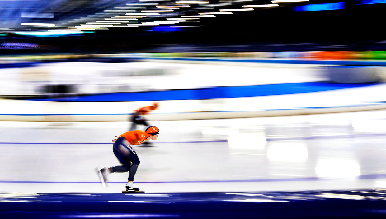 Antoinette de Jong (voorgrond) rijdt de beste 5 kilometer van haar seizoen in een rechtstreeks duel met Irene Schouten. Beeld Klaas Jan van der Weij / de Volkskrant