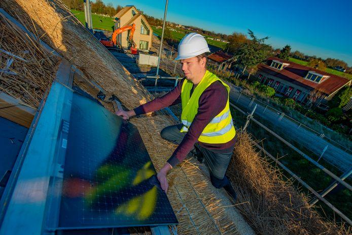 De zonnepanelen van het Haagse Exasun zijn met een opmars bezig in Nederland. Hier wordt er een boven een dak in Leidschendam geïnstalleerd. Dakpannen zijn met deze zonnepanelen niet meer nodig.