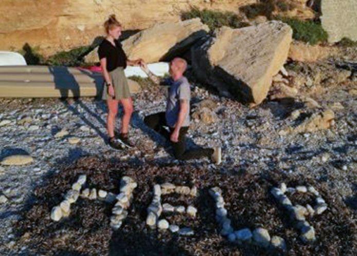 Cafébaas Igor vraagt op Mallorca zijn vriendin Kayleigh ten huwelijk. Op het strand en op de knie!