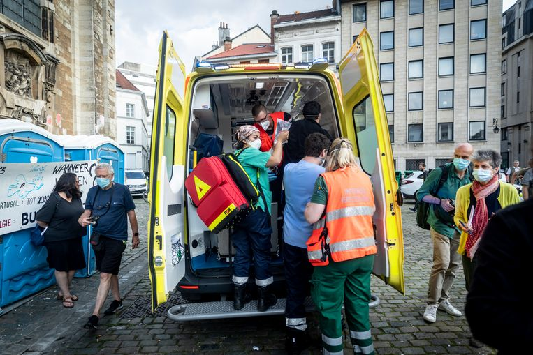 Een hongerstaker wordt verzorgd in een ambulance. Beeld BELGA