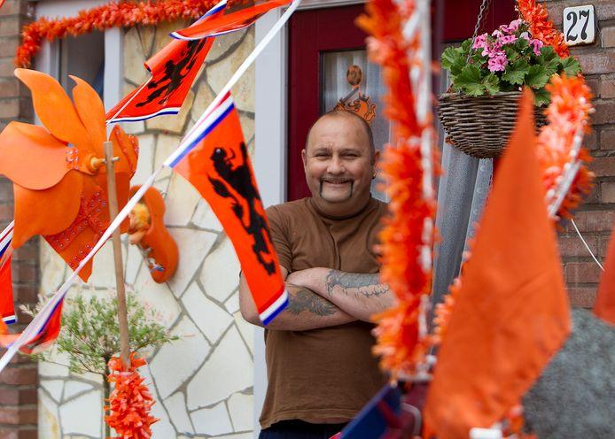 William Slotboom in 2012 tussen de oranjeversierselen in zijn Themansstraat.
