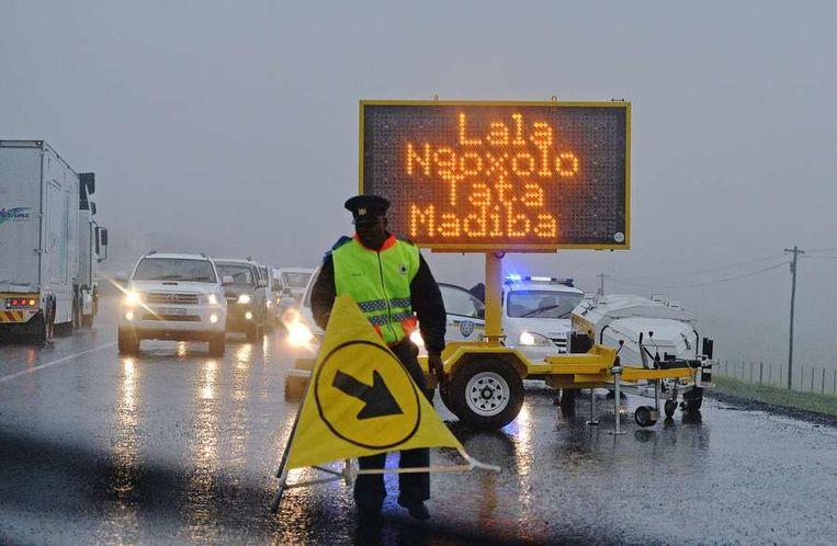 'Rust in vrede Vader Madiba' staat in het Xhosa op het verkeersbord geschreven Beeld afp