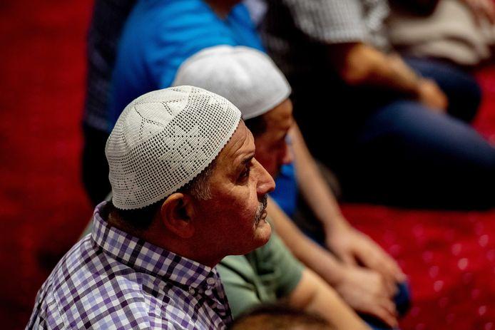 Bezoekers van de Mevlana moskee tijdens het avondgebed aan het begin van de Ramadan