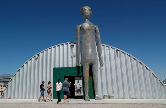 Het officieuze 'Alien Research Center' in Hiko, Nevada, waar mensen zich verzamelen voor het 'Storm Area 51'-evenement.