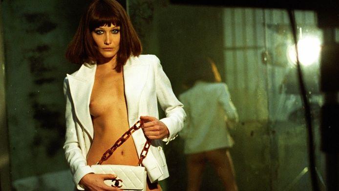 Carla Bruni in 1995, toen ze een relatie had met Mick Jagger.