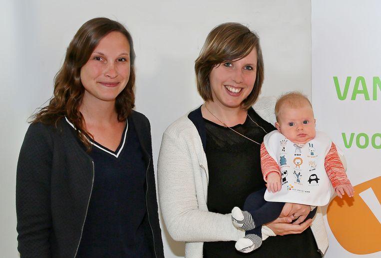Coördinator Kathleen Kimpe van het Huis van het Kind, samen met kersverse mama Laura Meulenijzer die het eerste slabbetje overhandigd kreeg.