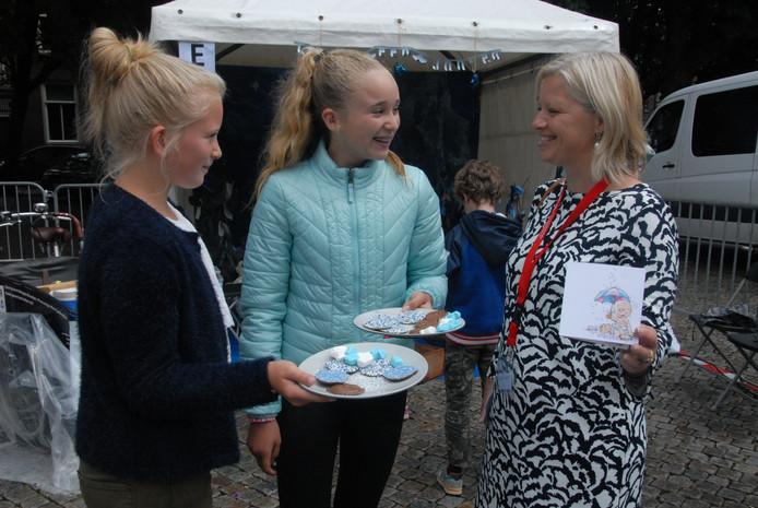 Gies Beenhakkers, Charlotte Korsten en Mirjan Dekker lopen rond met geboortekaartjes én chocolaatjes met blauwe muisjes.