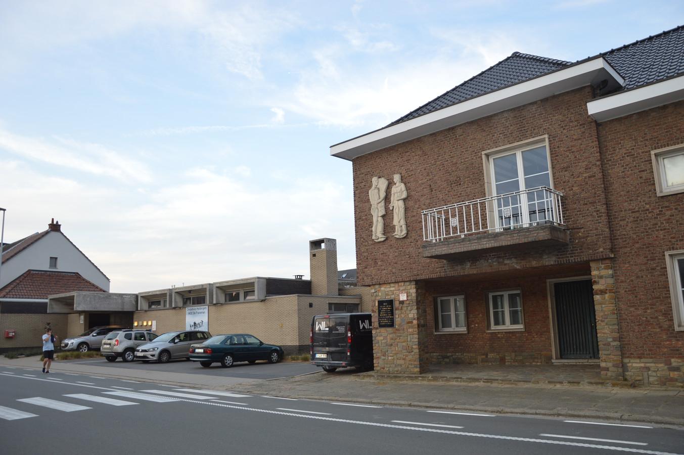 Het oud gemeentehuis in Heldergem, rechts op de foto, naast het Heldergems Ontmoetingscentrum (HOC) De Fransman.