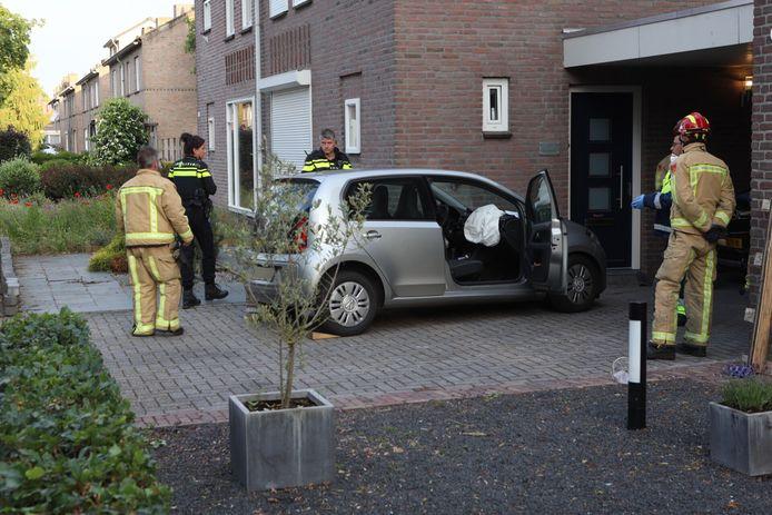 Auto botst tegen gevel in Oirschot.