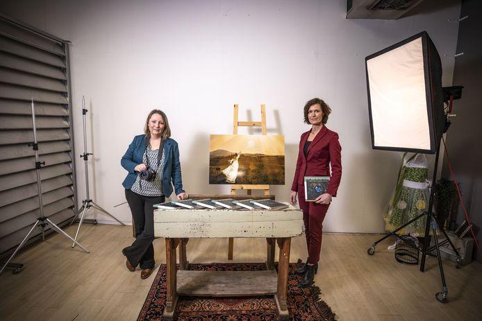 Mirella de Jong (links) en Rianke Lubberding (rechts). Rianke schreef de teksten voor het  boek waarin Mirella vertelt (met woord en zelfgemaakte foto's) hoe ze een bijzonder verdrietige periode in haar leven heeft doorstaan.