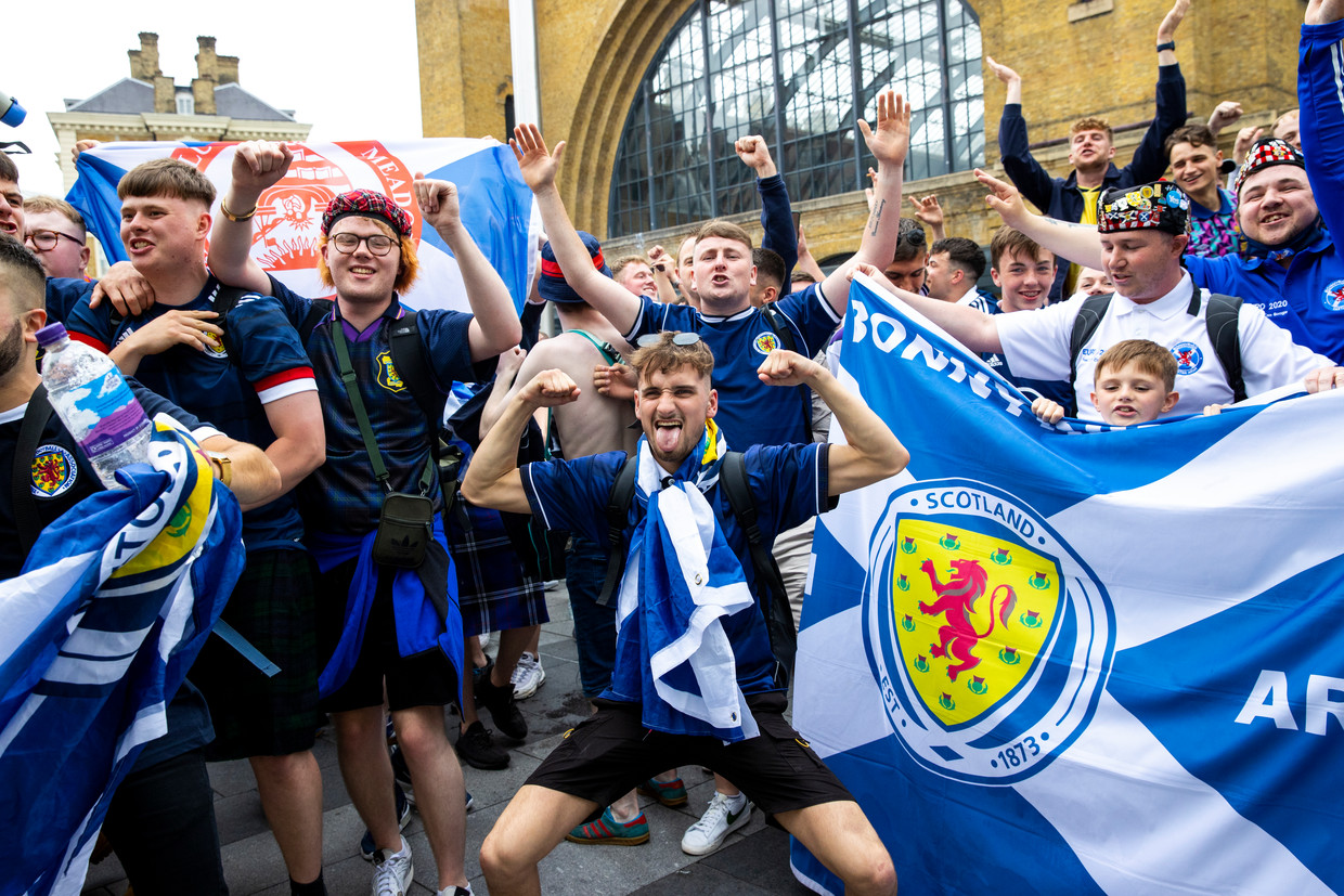 Schotse supporters arriveren in King's Cross Station, London Beeld SNS Group via Getty Images