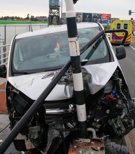 Bestelbus klapt op brugleuning op de Prins Hendrikbrug, bestuurder gewond naar ziekenhuis