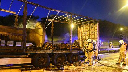 Vrachtwagen brandt uit op Antwerpse Ring: anderhalf uur file op E17