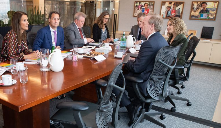 De ontmoeting met Smith (rechts aan tafel, tegenover De Croo) was de eerste die op de agenda van de premier stond in New York. Uiterst links minister van Buitenlandse Zaken Wilmès. Beeld BELGA