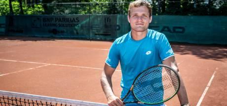 Tussen de drinkende Russen en spelende kinderen werkte Bart Stevens aan zijn tenniscarrière