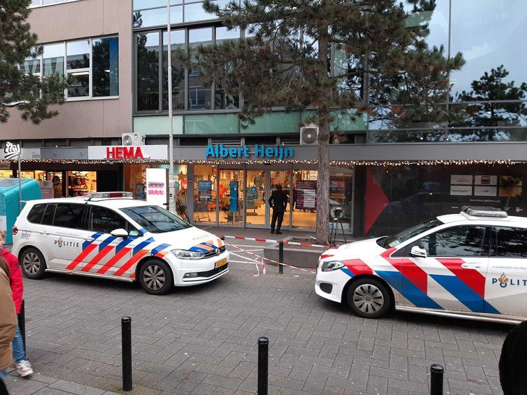 De supermarkt is afgezet en er zijn veel hulpdiensten aanwezig. Beeld Marc Kruyswijk