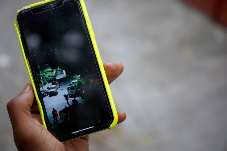Rapper Weed Money toont op zijn telefoon de video die hij maakte in de nacht dat president Moïse werd vermoord. Beeld Estaïlove St-Val