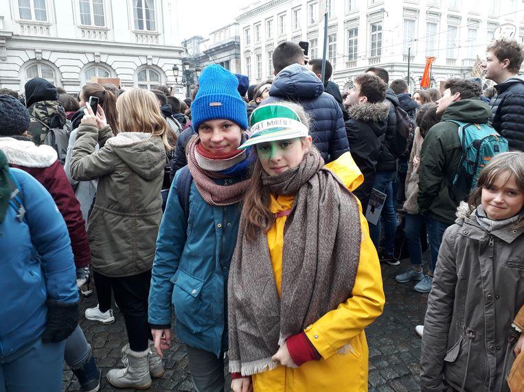 Merel Notebaert (12) en Ayla Blondé (12) Beeld Marijke de Vries