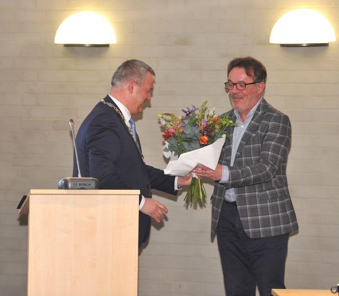 Burgemeester Mark van Stappershoef sprak Bert Schellekens (rechts) toe tijdens zijn afscheid van de gemeenteraad.