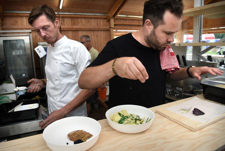 Restaurant van de toekomst Brasserie 2050 op Lowlands. Samuel Levie (zwarte trui) bezig met een gerecht.  Beeld Marcel van den Bergh/de Volkskrant
