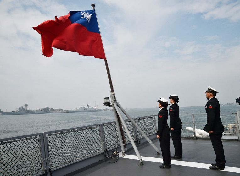 Taiwanese soldaten op bij de Taiwanese vlag. China zou binnen zes jaar het land kunnen binnenvallen.  Beeld AFP