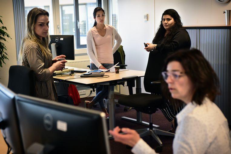 Een werkoverleg op een UWV-kantoor in Eindhoven, met betrekking tot de NOW-steun. Beeld Marcel van den Bergh / de Volkskrant