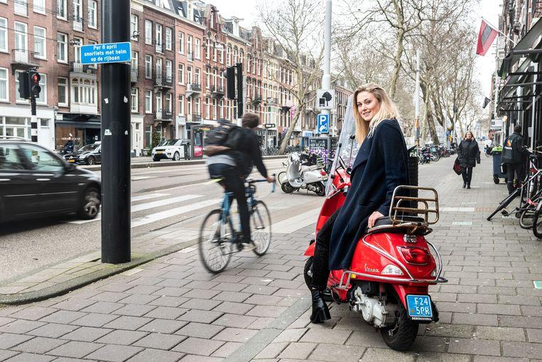 Vera Zonneveld gaat haar scooter verkopen: 'Je bent zo kwetsbaar tussen de auto's, bussen en vrachtwagens.' Beeld Simon Lenskens