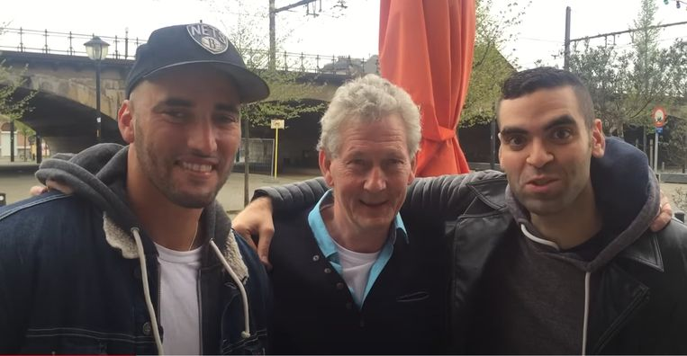 Dirk Bracke met Adil El Arbi en Bilall Fallah die zijn roman 'Black' succesvol verfilmden. 'Dat het boek een film werd, streelt mijn ego meer dan het winnen van een literaire prijs. Beeld Standaard Uitgeverij