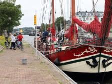 Boottocht met schip van Hellevoetsluis naar Tiengemeten: 'Ook dat is de geschiedenis van de Hellevoetse haven'