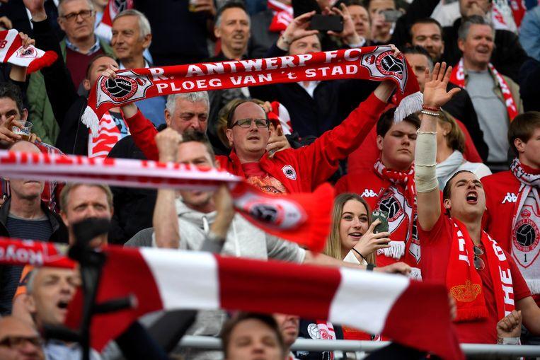 Ook met de fans van anders clubs zoals RFC Luik en Standard Luik wordt er samengewerkt.  Beeld Photo News