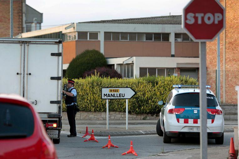 De politiedienst Mossos heeft een versperring aangebracht in Manlleu, in de provincie Barcelona. In die gemeente zou een verdachte zijn opgepakt. Beeld epa