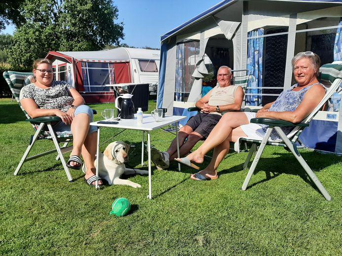 Renate Berg en haar ouders Sjaak en Désirée Berg. Het enige minpuntje aan haar vakantie hier is dat haar hond bijna overal aangelijnd moet blijven.
