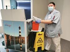 Corina doodt op een nieuwe manier bacteriën en virussen in het ziekenhuis. 'Dit werkt veel fijner'