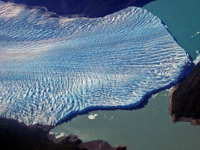 Op deze foto uit 2005 is goed te zien hoe de zuidelijke tak van het meer onderaan afgesloten geraakt van de rest. Door de opbouwende druk het water barst de gletsjer uiteindelijk uit elkaar.