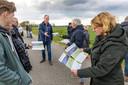 Marcel Muizelaar (midden) en Annie Muizelaar (rechts) met flyers van energiecoöperatie Van Voorst tot Wieden, die zich beijvert voor zon op dak als alternatief voor het zonnepark in de Bentpolder.