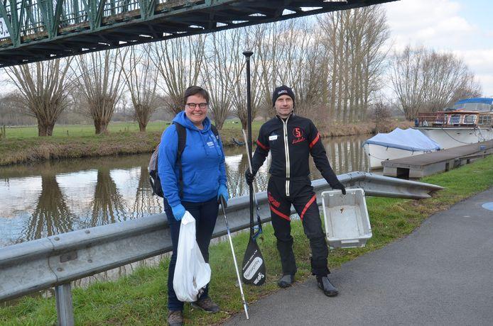 Valérie de Groote van River Cleanup en Dirk de Beuf van de Ninoofse Zwerfvuiljagers ruimen samen zwerfvuil langs de Dender in Pollare ter gelegenheid van River Sunday.