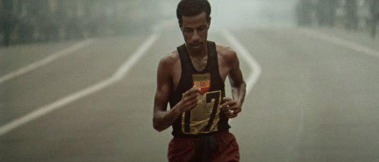 De Ethiopische marathonloper Abebe Bikila op de Olympische Spelen van 1964 in Tokio. Beeld