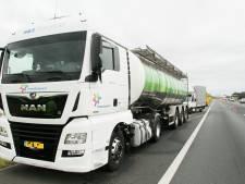 Dronken trucker (54) na aanrijding op A1 bij Deventer in alle vroegte door politie uit zijn cabine geplukt