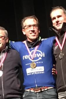Schaatser Klaas van den Berg wint wereldtitel bij masters