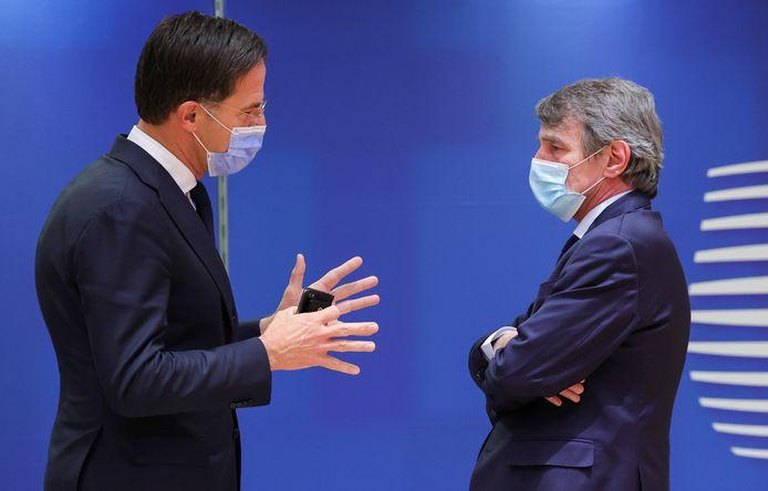 Premier Mark Rutte in gesprek met de voorzitter van het Europees Parlement David-Maria Sassoli gedurende de EU-top in Brussel.