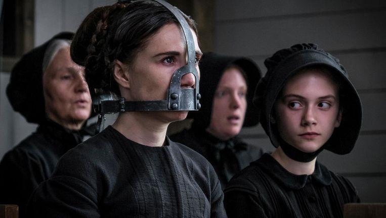 Carice van Houten als de vrouw van de sadistische dominee in Brimstone. Beeld null
