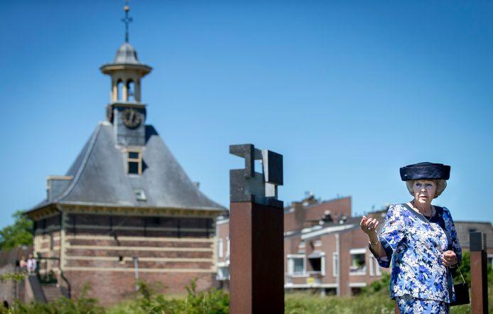 Prinses Beatrix bekijkt nabij het Dalempoortje een kunstwerk na de officiële opening van Symposion Gorinchem in juni 2015. Op de kunstmanifestatie waren meer dan 400 abstract-geometrische en constructivistische kunstwerken van ruim 170 Nederlandse kunstenaars te bekijken.