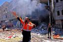 Een Palestijnse brandweerman geeft collega's aanwijzingen bij reddingswerkzaamheden in Rafah.